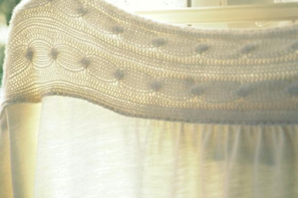 Maglia con la quale sono caduta in amore. Solo la parte sopra è fatta a maglia, il resto è cotono fluttuoso.